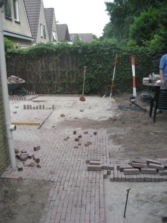 het eerste stuk straatwerk zit erin, de oude gebakken waaltjes worden onderbroken door een strook va